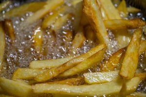 Pommes in Fritteuse
