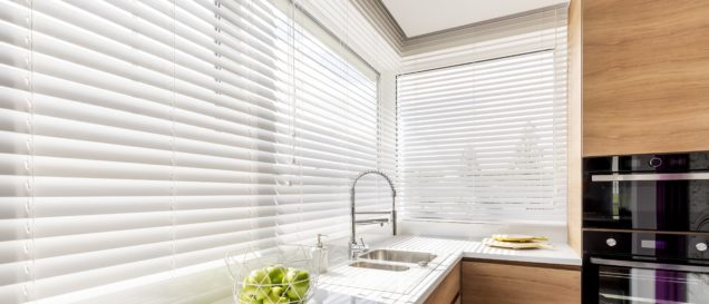 jalousien-test-kitchen-with-white-window-blinds
